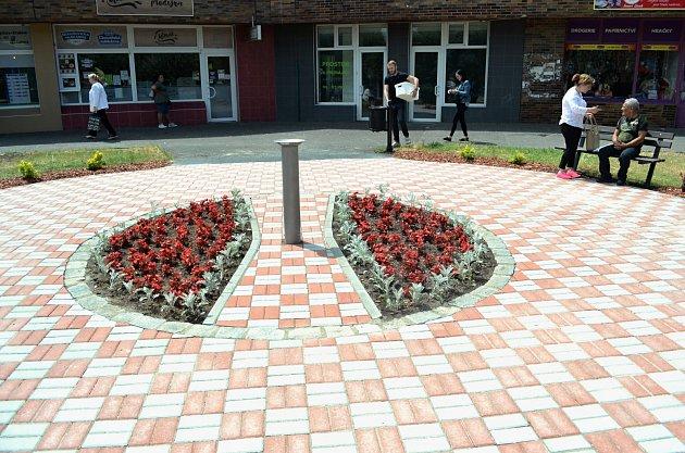Zchátralý okrasný bazének uobchodního střediska Kahan vMostě nechalo město zasypat a nahradit pítkem se záhonem květin