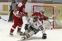 Slavia (v červeném) hasí jednu z příležitostí Litvínova.