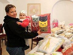 Simona Minaříková s dcerkou Adélkou z Mariánských Radčic si prohlížejí jeden z výtvorů