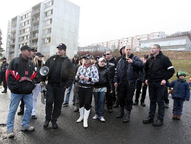 Radikálové pochodují Janovem. Policie na ně dohlíží, jejího zásahu nebylo třeba.