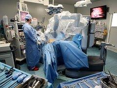 Ústecká nemocnice. Centrum robotické chirurgie operuje onkologického pacienta s nádorem v dolní oblasti tlustého střeva.