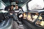 Klára Hříbalová a Petr Řehořek si vyzkoušeli svatební limuzínu. Akce Svatba nanečisto 2017 na Benediktu v Mostě.