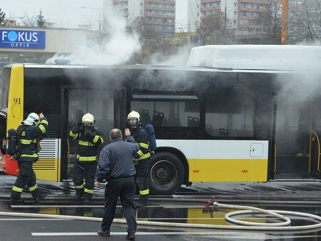 Hořící autobus u Prioru v Mostě.