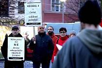 Protest proti dovážení zpracovaných ostravských ropných kalů na skládku Celio u Litvínova.