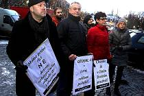 Na náměstí v Litvínově ve středu odpoledne projevily asi dvě desítky lidí svůj nesouhlas s dovozem zpracovaných kalů z ostravských ropných lagun na skládku Celio u Litvínova a také s jejich následným spalováním v cementárně v Čížkovicích.