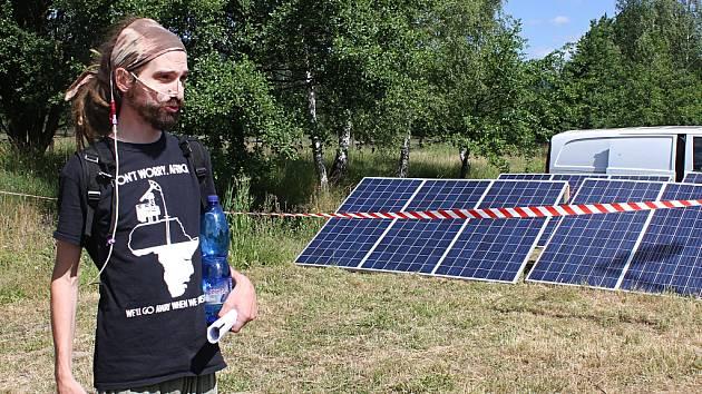 Luboš Slovák, člen hnutí Limity jsme my, ukazuje, jak si elektřinu vyrábějí pomocí solárních panelů