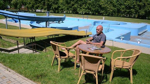 Koupaliště Ressl v pondělí 21. května odpoledne. Bazény jsou prázdné, ale restaurace funguje.