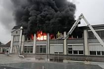 Litvínovští dobrovolní hasiči zasahovali i u požáru skladu modelářské firmy Eduard v Mostě.