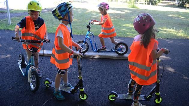 Na Dětském dopravním hřišti v Mostě probíhá pilotní kurz bezpečnosti pro nejmenší účastníky silničního provozu, pro šestileté děti z mateřských škol.