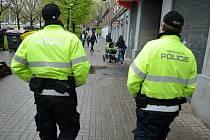 Hlídky městské policie na pravidelné pochůzce mosteckou Stovkou