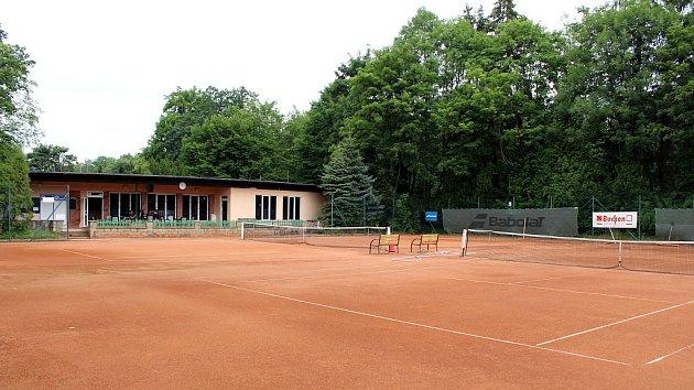 Na těchto tenisových kurtech vLitvínově uKoldomu začínala současná královna ženského tenisu Karolína Plíšková pod vedením trenérky Zuzany Rolenčíkové.