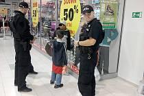 Podnikavé děti zadrželi v supermarketu Tesco městští strážníci.