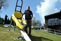 Šéf Sport areálu Klíny Josef Dlouhý ukazuje vozítko nové bobové dráhy