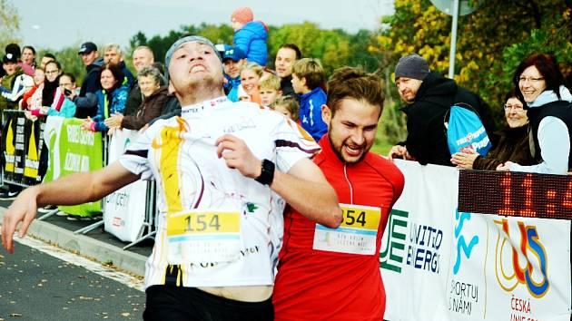 Jeden ze sprintérských soubojů v cíli u přesunutého kostela v Mostě. .