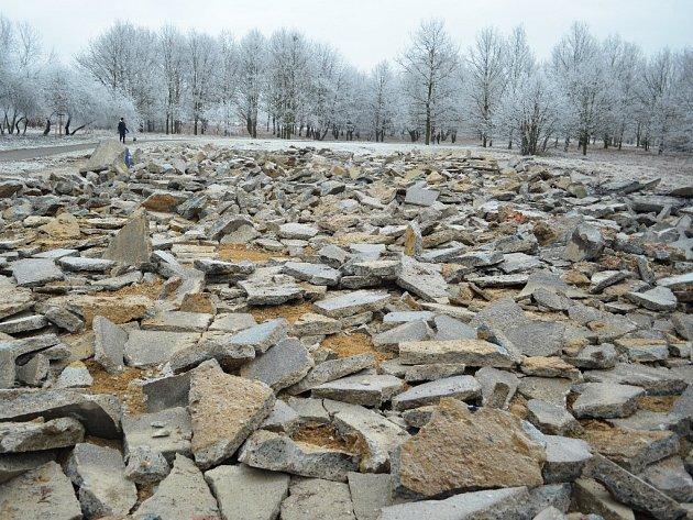 Tohle zbylo po betonovém plácku na hraní v parku Šibeník v Mostě.