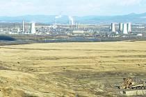 Chemička Unipetrolu v Litvínově, v popředí důl ČSA.