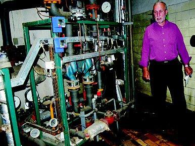 Luděk Dvořák ve výměníkové stanici, která je v katastrofálním stavu.