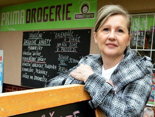 Eva Kořánová u své drogerie, kterou otevřela necelé tři roky po demonstracích v Mostě.