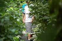 Tohle není džungle v Sierra Madre na Filipínách, ale park v Mostě. Osmnáctiletý Tomáš Hamza a devatenáctiletý Tomáš Gajdoš by potřebovali mačety, aby hladce prošli po tři metry široké asfaltové cestě zarostlé vegetací.