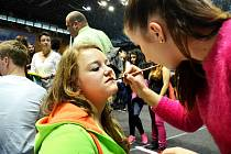 Anna Janoušová, studentka 3. ročníku maturitního oboru Kosmetické služby, líčí Barboru Knotovou. Ve sportovní hale v Mostě byla přehlídka středních škol.