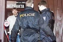 Kriminalisté s policisty zajišťují stopy před diskotékou Neprakta v centru Mostu, kde došlo k tragické střelbě.
