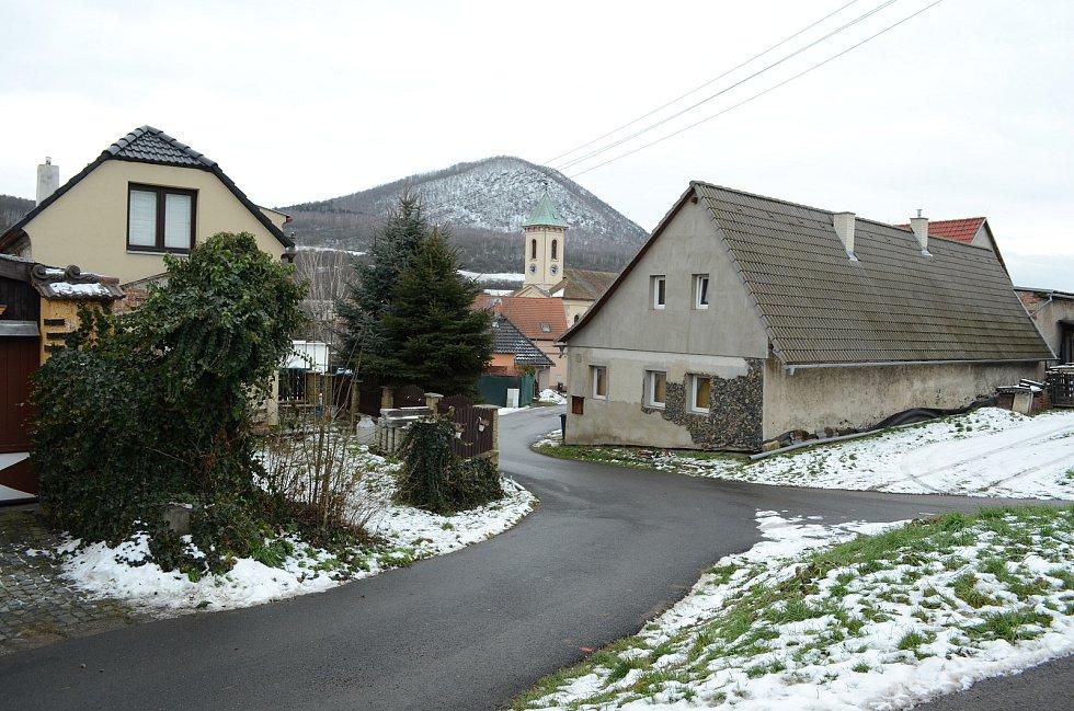 Obec Želenice u Mostu leží v údolí řeky Bíliny pod kopci Českého středohoří.