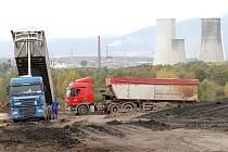 Skládka zpracovaných ropných kalů z Ostravska v Celiu u Litvínova.