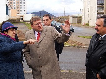 Džamila Stehlíková poslouchá, co říkají o Chanovu radní Jiří Zelenka (uprostřed) a primátor Vlastimil Vozka (vpravo).