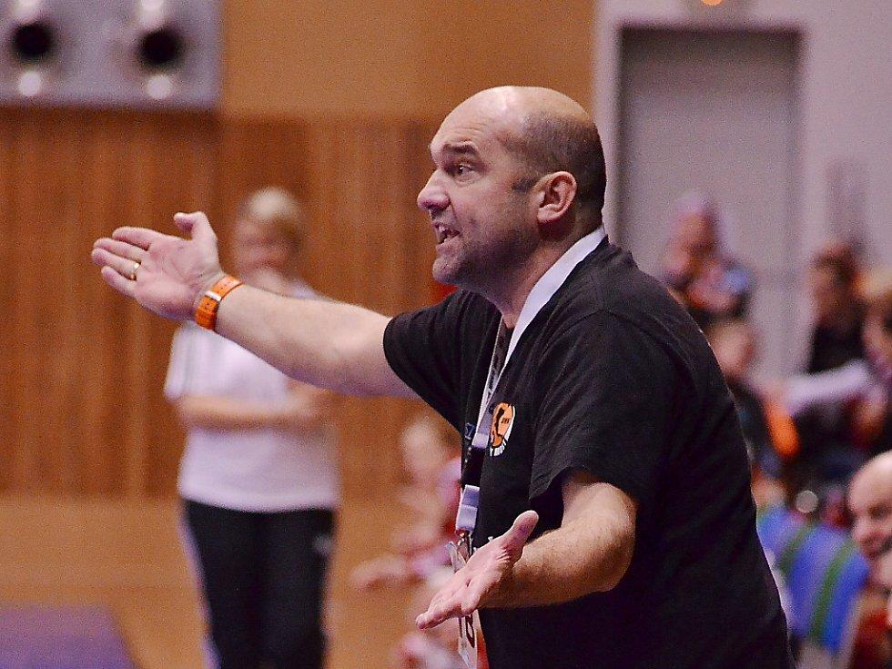 Trenér Černých andělů Peter Dávid.