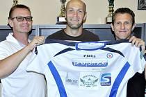 Zleva předseda soušského oddílu Luboš Luňáček, fotbalista Petr Johana a sekretář klubu Karel Giampaoli.