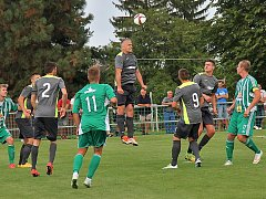 Hostouň (v zeleném) hostila doma Mostecký fotbalový klub.