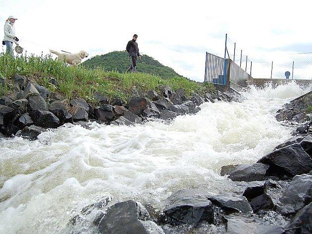 K místu, odkud proudí voda do jezera Most, chodí pravidelně výletníci.