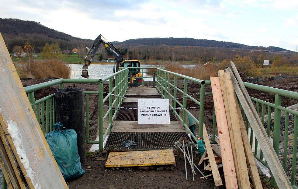 Pracovníci firmy DTS Vrbenský pracují na opravě výpusti vodní nádrže Matylda v Mostě.