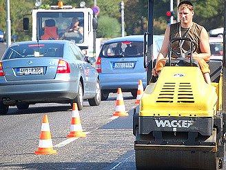Takovéto stroje a mnoho jiných budou Mostečané na silnicích potkávat více. Začnou se totiž stavět parkoviště.