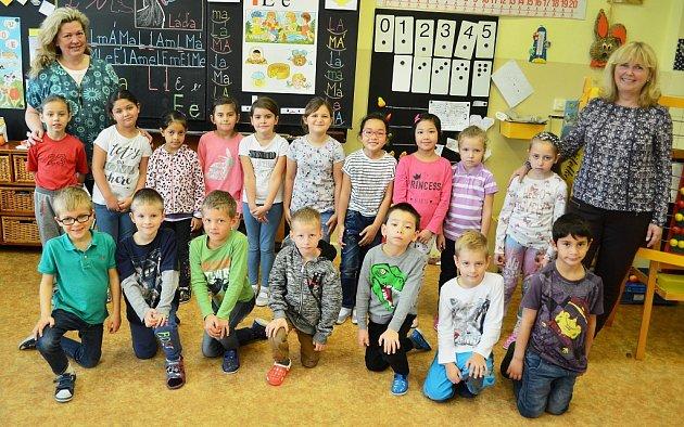 Žáci 1.Ave 14.ZŠ Most střídní učitelkou Eliškou Korolovou (vpravo) a asistentkou pedagoga Jarmilou Obstovou.