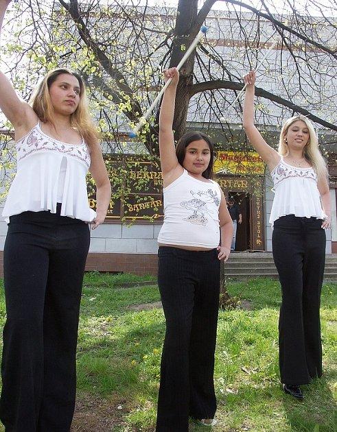 Romské mažoretky z Chebu zpříjemnily program návštěvníkům 15. ročníku soutěže romských kapel.
