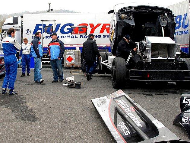 Buggyra při testech na mosteckém autodromu.
