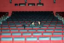 První dvě Mostečanky se usadily do pohodlnějších křesel, které mostecké kino Kosmos získalo od rekonstruovaného kina v Klášterci nad Ohří.