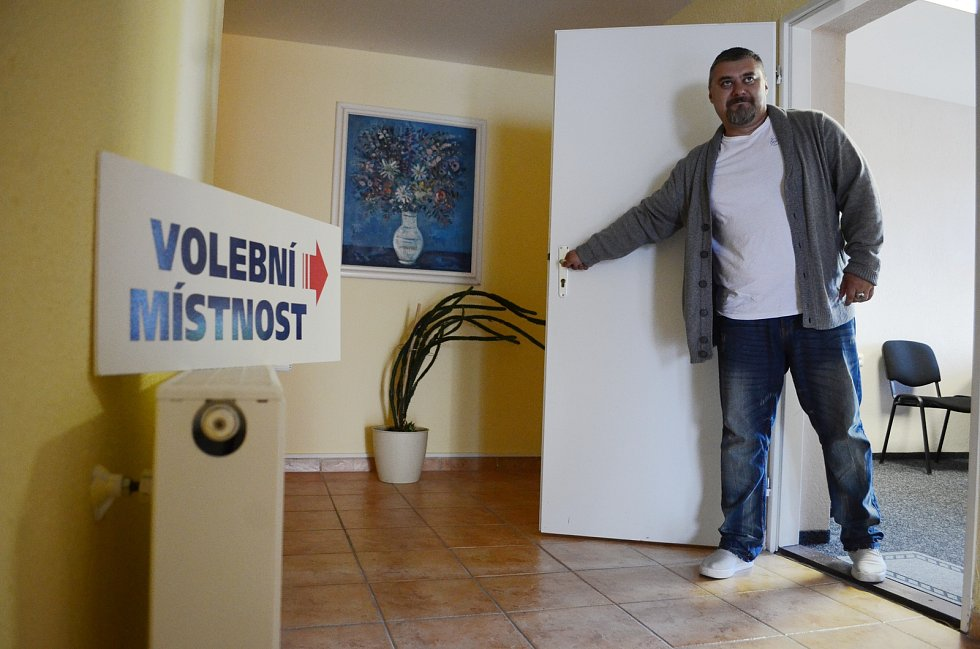 Zahájení voleb v horské obci Brandov na Mostecku.