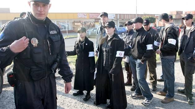 Průvod 12 členů Ochranných sborů šel napříč Janovem klidně. Na doporučení policie akci nakonec zrušili.