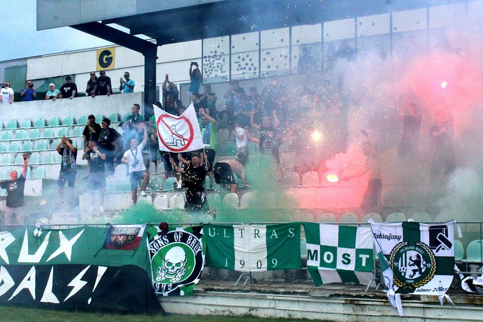 Zápas mezi domácím FK Baník Most-Souš (v zeleném) a německým Chemnitzerem.