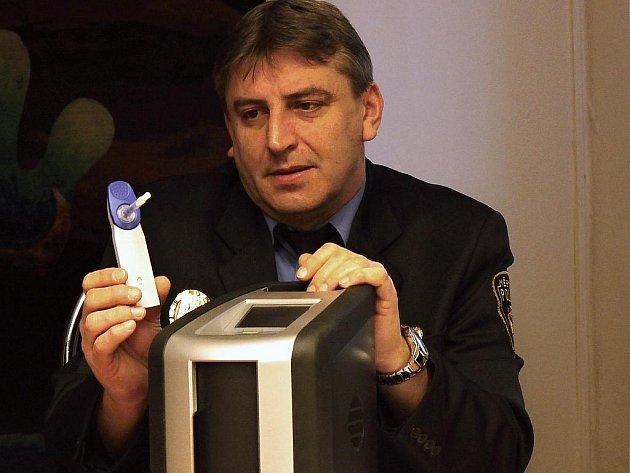 Zástupce velitele litvínovských strážníků Zdeněk Urban s minilaboratoří na zjišťování drog.