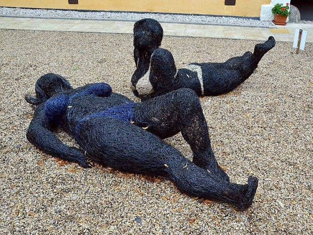 Drátěné sochy Veroniky Psotkové na nádvoří litvínovského zámku Valdštejnů.