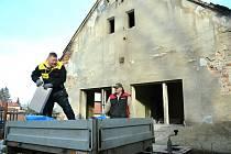 Řemeslníci zazdívají zchátralý objekt bývalého národního výboru v Havrani na Mostecku