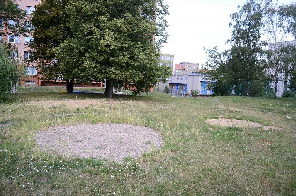 Místo, kde v ulici U Stadionu stálo dětské hřiště, je prázdné a neupravené.