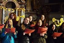 LETOS OPĚT. Čtenáři budou se svým oblíbeným Deníkem opět zpívat koledy. Stejně, jako loni v mosteckém přesunutém kostele vystoupí také sbor ZUŠ F. L. Gassmanna.