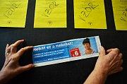 Členka volební komise v Mostě ukazuje výstřižek z časopisu, kde je chybný údaj o termínu voleb v Mostě.