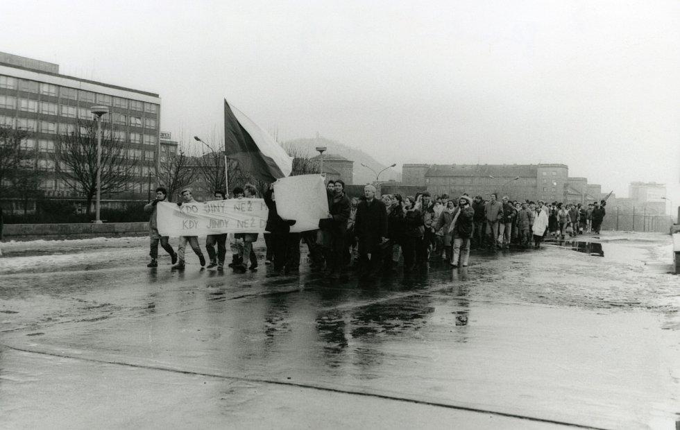 Fotografie jsou z generální stávky v Mostě 27. 11. 1989.