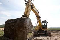 Práce na rozšíření hlavního tahu z Mostu do Loun se u obce Raná zastavily.