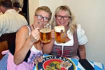 Tradiční oslavu piva, jakou zažívají obyvatelé bavorského Mnichova, po přestávce zaviněné epidemií koronaviru, si mohli znovu dopřát účastníci Oktoberfestu 2021 v Litvínově na Osadě.